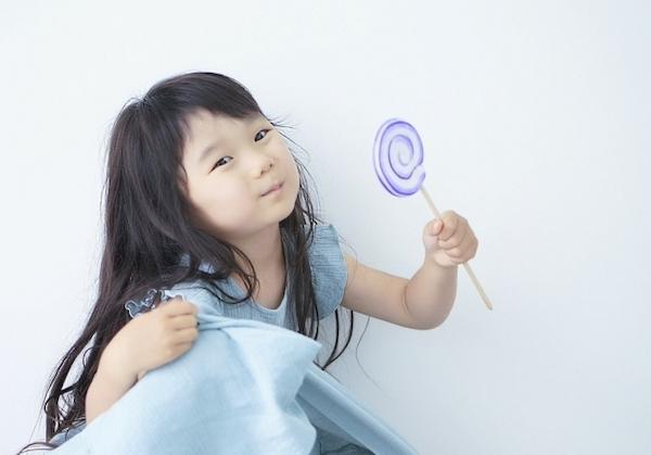 港南台の歯医者|港南台パーク歯科クリニック|唾液の機能について〜緩衝作用(かんしょうさよう)とは〜|キャンディを食べる女の子の画像
