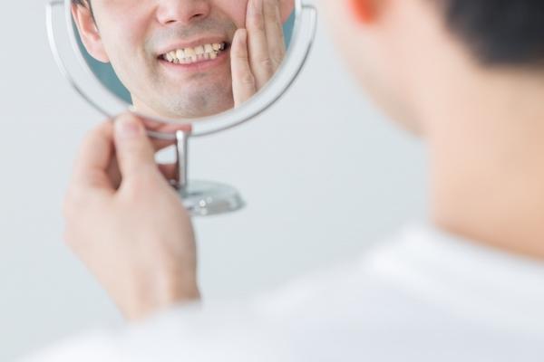 港南台パーク歯科クリニック|ブログ|「歯の着色汚れ」気になりませんか?|歯の色を気にする男性の画像
