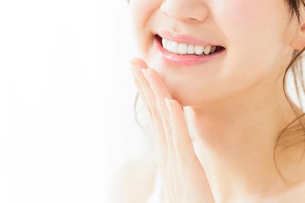 港南台パーク歯科クリニック|ブログ|「歯の着色汚れ」気になりませんか?|白い葉をみせる女性の画像