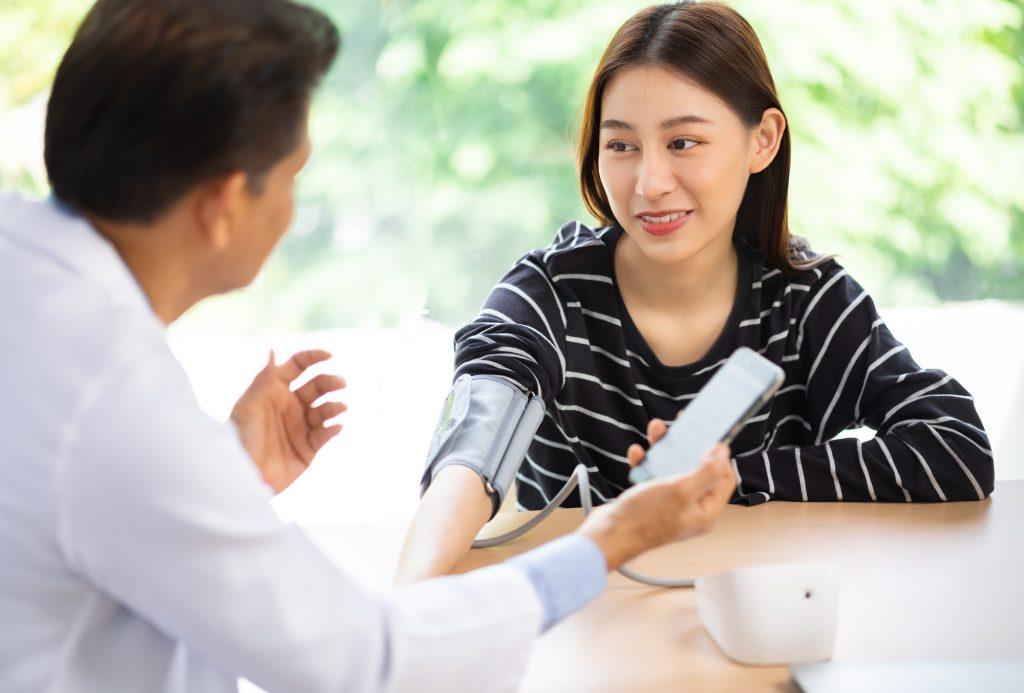 港南台パーク歯科クリニック|ブログ|高血圧の方に安心して歯科治療を受けていただくために|歯科治療前に血圧を測定する図